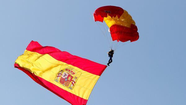 Padobranac sa španskom zastavom - Sputnik Srbija