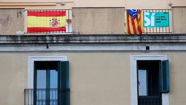 Шпанска и каталонска застава на терасама зграде у Барселони - Sputnik Србија