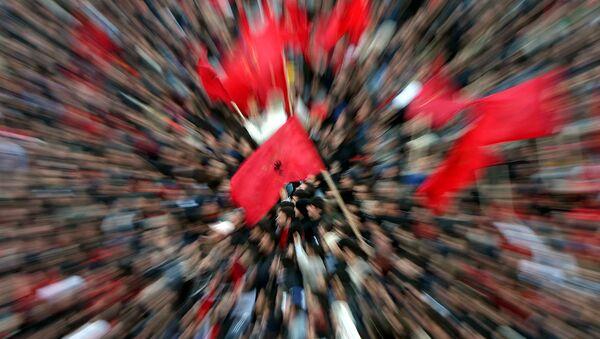 Ljudi sa zastavama Albanije u Skoplju. - Sputnik Srbija