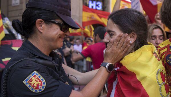 Pripadnica policije razgovara sa učesnicom demonstracija protiv nezavisnosti Katalonije - Sputnik Srbija