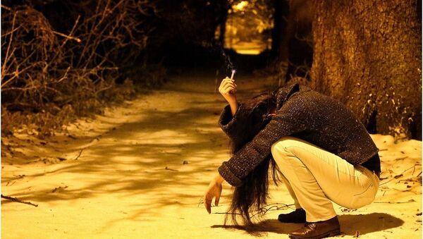 Тужна девојка са цигаретом. - Sputnik Србија