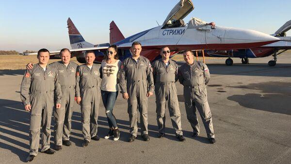 Reporterka Sputnjika Maša Radović sa ruskim pilotima na batajničkom aerodromu - Sputnik Srbija