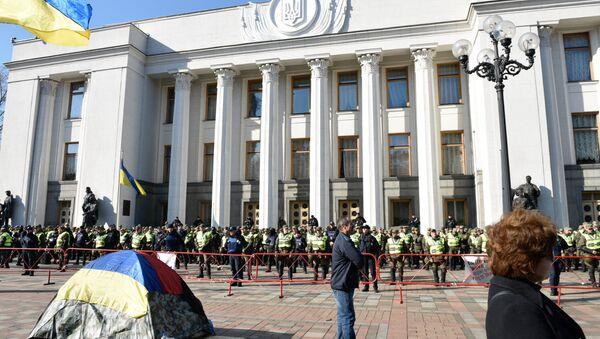 Демонстранти и припадници полиције испред зграде Врховне раде у Кијеву - Sputnik Србија