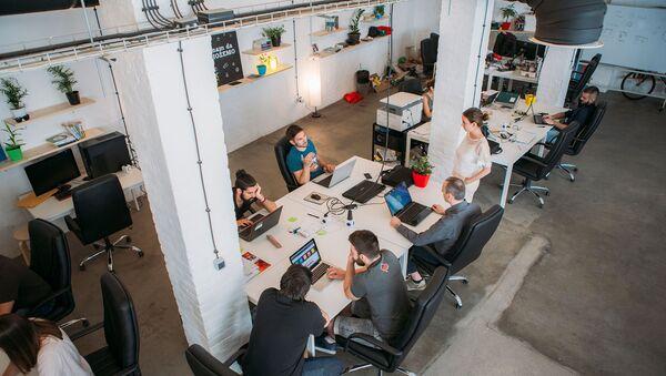 Iako se trudi da vrati žene u IT sektor, u radu sa polaznicima kurseva podjednako rade muški i ženski tim STARTIT CENTRA. - Sputnik Srbija