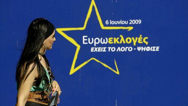 Жена пролази поред предизборног плаката уочи избора за Европски парламент у Никозији, Кипар. - Sputnik Србија