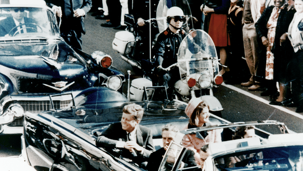 Председник САД Џон Ф. Кенеди у председничкој лимузини у Даласу 1963. неколико минута пре атентата. У возилу су и прва дама Џеки Кенеди, говернер Тексаса Џон Конали и његова жена Нели. - Sputnik Србија
