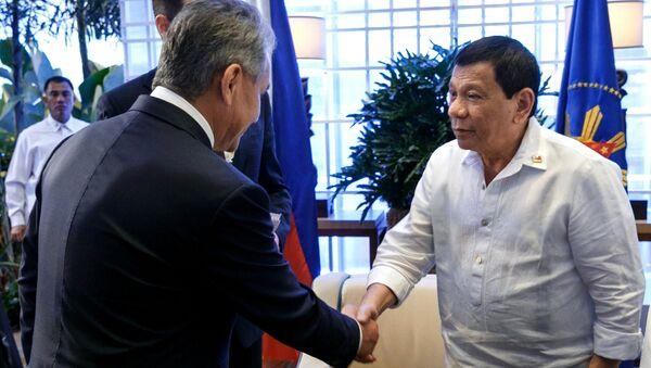 Руски министар одбране Сергеј Шојгу и филипински председник Родриго Дутерте - Sputnik Србија