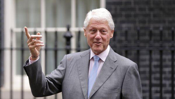 Бивши амерички председник Бил Клинтон након састанка са британском премијерком у Лондону - Sputnik Србија