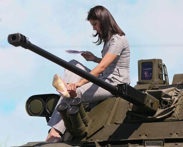 Devojka sedi na tenku na Međunarodnom forumu tehnologije u Žukovskom - Sputnik Srbija