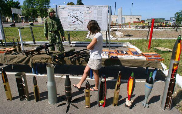 Devojka gleda oružje, mine, granate i ostale eksplozivne naprave tokom Dana otvorenih vrata Baltičke flote - Sputnik Srbija