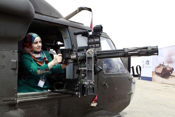 Devojka u helikopteru na Vojnom sajmu u Jordanu - Sputnik Srbija