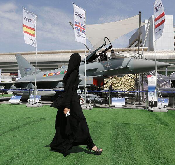 """Devojka prolazi pored aviona """"Jurofajter tajfun"""" na Sajmu naoružanja u UAE - Sputnik Srbija"""