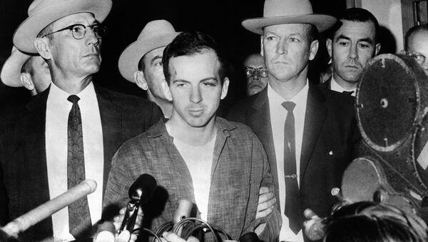 Ubica Džona Kenedija, Li Harvi Osvald posle hapšenja u Dalasu 22. novembra 1963. - Sputnik Srbija