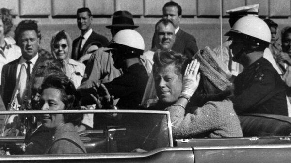 Председник САД Џон Кенеди у Даласу, 22. новембра 1963. минут пре убиства. - Sputnik Србија