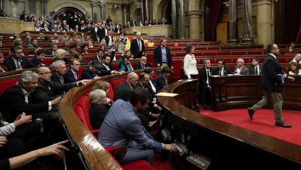 Poslanici Narodne partije napuštaju skupštinsku salu na plenarnoj sednici katalonskog parlamenta - Sputnik Srbija