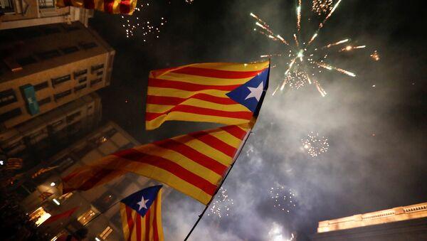 Katalonske zastave i vatromet na proslavi proglašenja nezavisnosti Katalonije od Španije u Barseloni - Sputnik Srbija