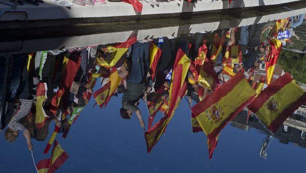 Одраз демонстраната са заставама Шпаније на протесту у Мадриду против проглашења независности Каталоније - Sputnik Србија