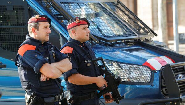 Припадници регионалне каталонске полиције, Мосос д'Есквадра, патролирају испред каталонског парламента у Барселони - Sputnik Србија