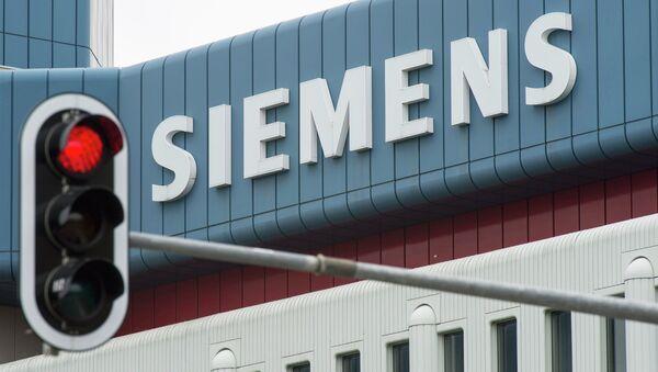 Црвено светло на семафору испред зграде компаније Сименс у Минхену - Sputnik Србија