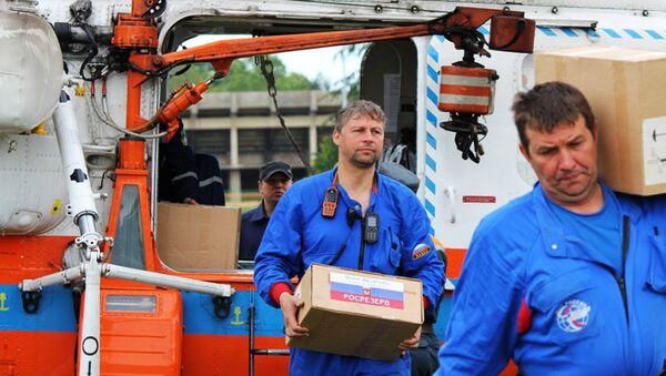 Ruski spasioci, pored pumpi i čamaca, u Srbiju su doneli i humanitarnu pomoć za stanovnike Obrenovca i Šapca. - Sputnik Srbija