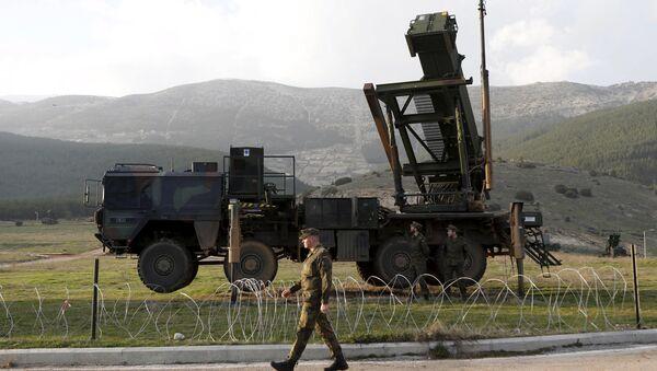Pripadnici nemačkih vojnih snaga stoje pored sistema Patriot u turskoj vojnoj bazi Kahramanmaras. - Sputnik Srbija