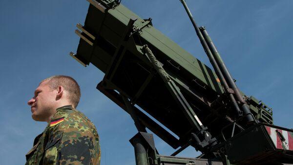 Nemački vojnik stoji pored protivraketnog sistema Patriot u vojnoj bazi na jugu Turske - Sputnik Srbija