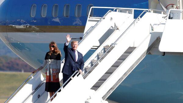 Predsednik SAD Donald Tramp sa suprugom Melanijom izlazi iz aviona nakon sletanja u vojnu bazu Jokota u Japanu - Sputnik Srbija