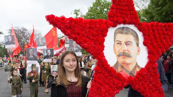 Девојка носи слику Јосифа Стаљина на дан акције Бесмртни пук - Sputnik Србија