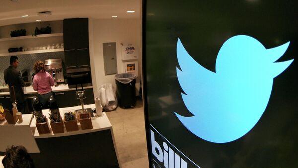 Monitor sa logom Tvitera u kancelarijama kompanije u Santa Monici - Sputnik Srbija