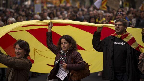 Demonstranti nose katalonsku zastavu u francuskom gradu Perpinjan. - Sputnik Srbija
