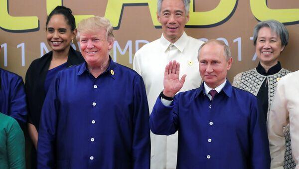 Predsednici SAD i Rusije Donald Tramp i Vladimir Putin na ceremoniji grupnog fotografisanja na samitu APEK-a u Vijetnamu - Sputnik Srbija
