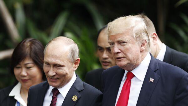 Председници Русије и САД Владимир Путин и Доналд Трамп разговарају на церемонији фотографисања на самиту АПЕК-а у Вијетнаму - Sputnik Србија