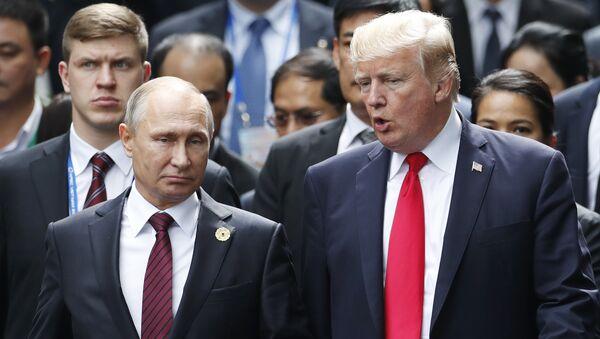 Predsednci Rusije i SAD Vladimir Putin i Donald Tramp razgovaraju na ceremoniji fotografisanja na samitu APEK-a u Vijetnamu - Sputnik Srbija