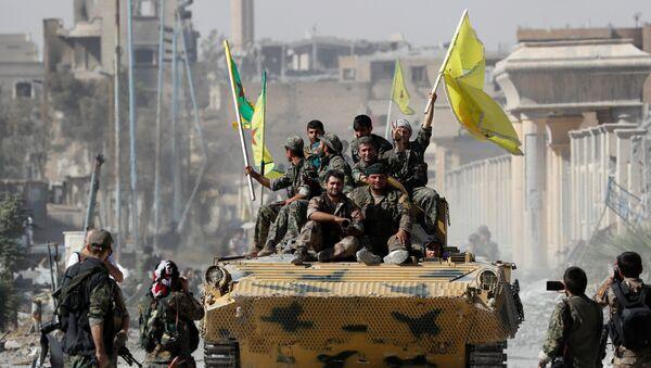 Borci Sirijkih demokratskih snaga na oklopnom vozilu nakon oslobađanja Rake od terorista DAEŠ-a - Sputnik Srbija