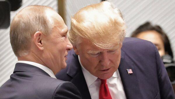Председнци Русије и САД, Владимир Путин и Доналд Трамп, на самиту АПЕК-а у Вијетнаму - Sputnik Србија