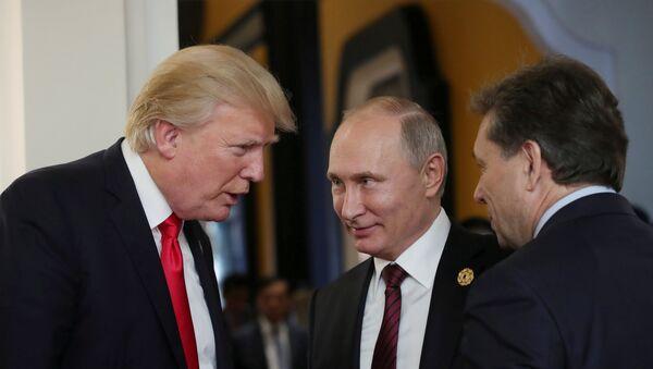 Председници САД и Русије Доналд Трамп и Владимир Путин разговарају на маргинама самита АПЕК-а у Вијетнаму - Sputnik Србија