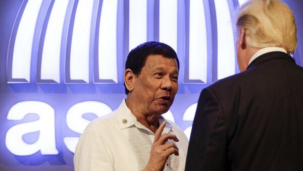 Председници Филипина и САД Родриго Дутерте и Доналд Трамп разговарају на церемонији отварања 31. самита АСЕАН на Филипинима - Sputnik Србија