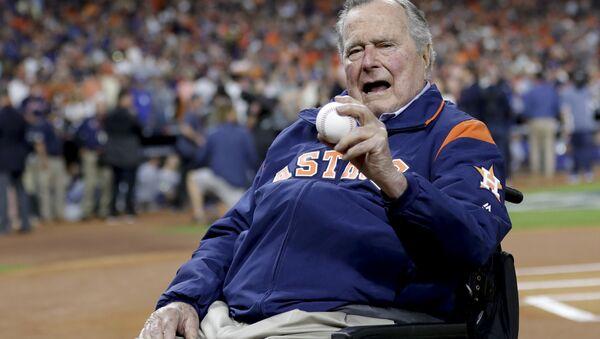 Bivši predsednik SAD Džordž Buš Stariji na stadionu Los Anđeles Dodžersa 29. oktobra 2017. - Sputnik Srbija