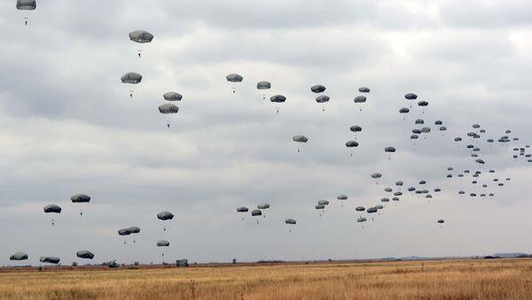 Desant srpskih i NATO padobranaca na zajedničkoj vojnoj vežbi. - Sputnik Srbija