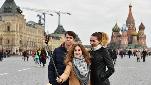 Туристи се фотографишу на Црвеном тргу у Москви - Sputnik Србија