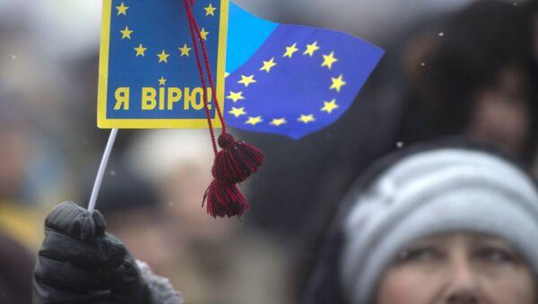 Присталице европских интеграција у Украјини са транспарентом Ја верујем и заставом ЕУ на Тргу независности у Кијеву - Sputnik Србија