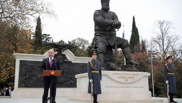 Председник Русије Владимир Путин на откривању споменика императору Александру Трећем на Јалти - Sputnik Србија