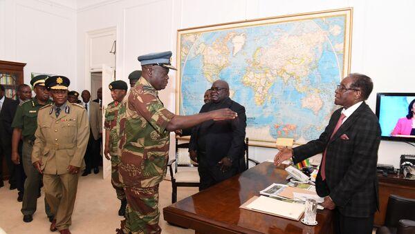 Председник Зимбабвеа Роберт Мугабе састаје се са војним званичницима у Харареу - Sputnik Србија