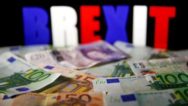 Новчанице евра и фунте испред светлећег знака брегзит - Sputnik Србија