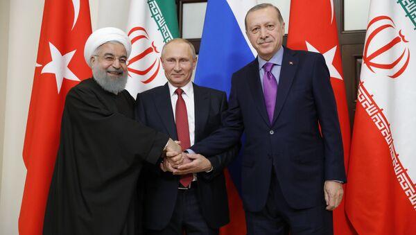 Predsednik Irana Hasan Rohani, predsednik RF Vladimir Putin i predsednik Turske Redžep Tajip Erdogan u Sočiju. - Sputnik Srbija