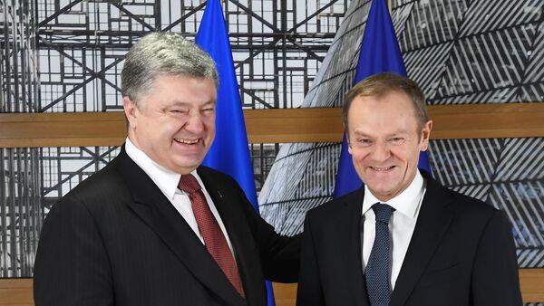 Председник Украјине Петро Порошенко и председник Европског савета Доналд Туск након састанка у Бриселу - Sputnik Србија