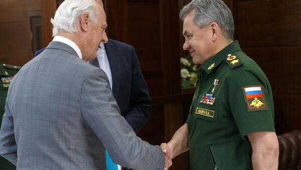 Specijalni izaslanik UN za Siriju Stafan de Mistura i ministar odbrane Rusije Sergej Šojgu - Sputnik Srbija
