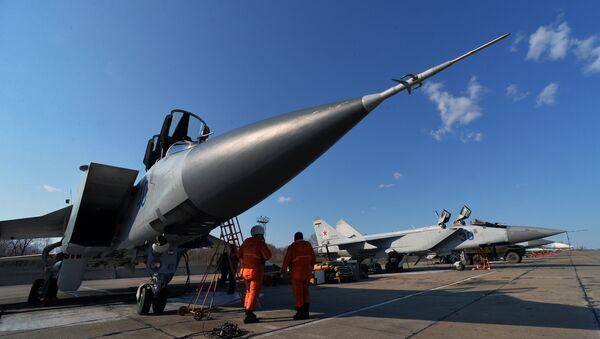 Припрема суперсоничног вишенаменског авиона ловца-пресретача МиГ-31 за лет на летно-тактичким вежбама у војној бази Пацифичке флоте - Sputnik Србија