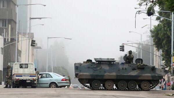 Војна возила и војници патролирају улицама Харареа у Зимбабвеу - Sputnik Србија