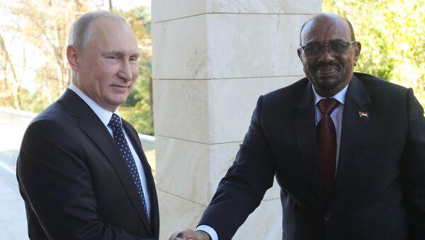 Председници Русије и Судана Владимир Путин и Омар Башир - Sputnik Србија
